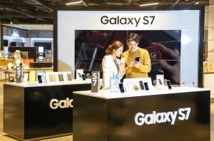 삼성전자가 삼성 갤럭시 언팩을 통해 공개한 갤럭시 S7 엣지와 갤럭시 S7의 국내 출시에 앞서 국내 소비자들을 위해 전국 2,100여 개 매장에 제품을 전시하고 다음 달 4일부터 예약 판매를 시작한다 (사진제공: 삼성전자)