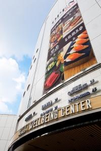 롯데월드가 10층 건물인 잠실 웰빙센터를 지난 26일 이랜드 외식 브랜드 월드뷔페 BIG 4 오픈을 시작으로 앞으로 5월까지 대대적인 리뉴얼을 계획 중이다 (사진제공: 롯데월드)
