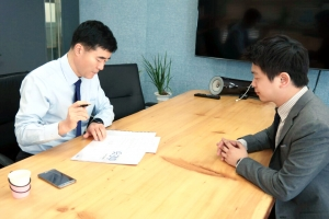 대출서류 작성 중인 강 대표 및 코리아펀딩 직원 (사진제공: 스카이에셋)