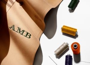 영국을 대표하는 브랜드 버버리가 2일부터 헤리티지 아이코닉 트렌치 코트에 15가지의 실색으로 이니셜 자수를 새겨주는 모노그램 서비스를 런칭한다 (사진제공: 버버리 코리아)