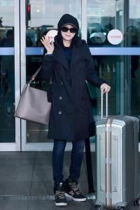 배우 김혜수의 시크한 공항 패션이 화제를 모으고 있다 (사진제공: 몽클레르 신세계)