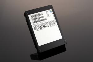 삼성전자가 기존 제품보다 용량을 4배 높인 세계 최대 용량의 15.36테라바이트(TB) SAS SSD를 본격 출시했다 (사진제공: 삼성전자)