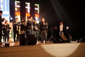 동명대 신입생 오리엔테이션 행사장에서 오거돈 총장이 학생과 함께 노래를 부르고 있는 모습 (사진제공: 동명대학교)