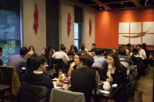 지난 해 10월 서울 종로구 그랑서울몰에서 열린 할로윈데이 in 로맨틱 그랑서울 단체미팅 이벤트에 참가한 남녀 참가자들이 맛있는 음식과 이야기를 나누며 즐거운 시간을 보내고 있다 (사진제공: 진소 새미프)