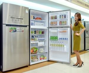 삼성전자 모델이 6일 논현동 삼성 디지털프라자 강남본점에서 상냉동 하냉장 타입의 2016년형 TMF 냉장고 신모델을 소개하고 있다 (사진제공: 삼성전자)