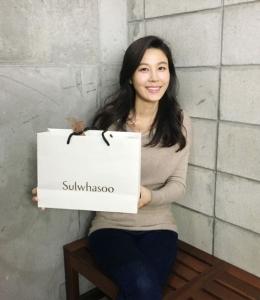 절친한 스태프들에게 특별 선물을 전달한 배우 김하늘 (사진제공: 설화수)