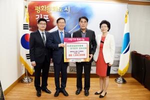 성금 기부하는 하농가와 김포지회 (사진제공: 농업회사법인 하농가)