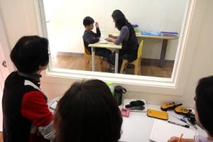 ABA부모대학에서 자신의 자녀에게 ABA치료 중인 모습이다 (사진제공: 성남시 한마음복지관)