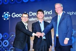 딥마인드 데미스 하사비스 CEO와 이세돌 9단, 알파벳 에릭 슈미트 회장(왼쪽부터)이 선전을 다짐하고 있다 (사진제공: 한국기원)