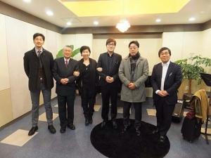 (주)티앤비뮤직의 대표이사이자 미야자와 아티스트인 플루티스트 박태환(우에서 세번째)과 일본 미야자와사의 사장 및 임원진들 (사진제공: 티앤비뮤직)