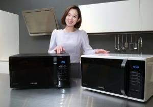 삼성전자 모델이 13일 삼성전자 수원사업장 생활가전동 프리미엄하우스에서 2016년형 삼성 전자레인지 신제품을 소개하고 있다 (사진제공: 삼성전자)