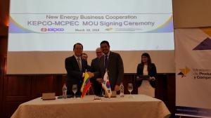 협약서를 체결한 2명 (좌) 김시호 한전 부사장, (우) 산티아고 레온 아밧 MCPEC 차관 (사진제공: 한국전력)