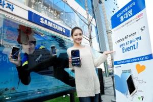 삼성전자 모델들이 삼성 디지털프라자에서 갤럭시S7의 출시 기념 전국 투어 이벤트를 소개하고 있다 (사진제공: 삼성전자)