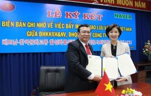 MOU를 맺고 있는 베트남 호치민 인사대 보반센(Vo Van Sen) 총장(왼쪽)과 네이버 VTF 박선영 이사 (사진제공: 네이버)