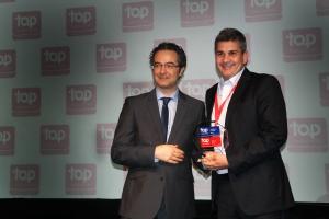 8일(현지시간) 브라질 상파울루에서 열린 2016 중남미 최고 고용 기업 시상식에서 삼성전자 브라질 법인 인사 디렉터 실비오(오른쪽)가 수상을 하고 있다 (사진제공: 삼성전자)