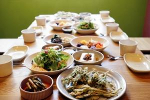 옹달샘 사람 살리는 밥상 차림 (사진제공: 아침편지문화재단)