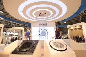 삼성전자 모델들이 2016 모스트라 콘베뇨 엑스포 삼성전자 전시장에서 포즈를 취하고 있다 (사진제공: 삼성전자)