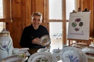 덴마크 왕실 도자기 로얄 코펜하겐이 18일까지 서울 성북동 한국가구박물관에서 플로라 다니카, 덴마크의 고귀한 선물로 태어나다 전시회 및 페인팅 시연회를 개최했다. 시연회에는 덴마크의 플로라 다니카 페인터 마렌 요르겐슨이 참석해 덴마크 식물도감에 있는 꽃을 직접 옮겨 그리는 과정을 소개했다 (사진제공: 한국로얄코펜하겐)