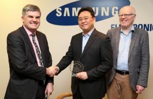 삼성전자 DMC연구소산하 SRUK 박기병 연구소장이(사진 가운데) 대표로 영국 왕립시각장애인협회로부터 사회공헌상을 수상하고 있다 (사진제공: 삼성전자)