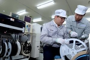 협력사 MG전자 생산 라인에서 모비스 직원이 협력사 실무 담당자에게 기술 교육을 실시하고 있다 (사진제공: 현대모비스)