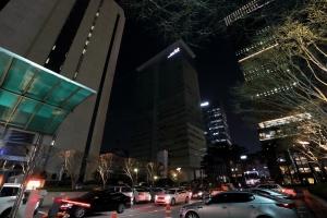 지구촌 전등끄기 캠페인의 참여하고 있는 KT광화문 사옥 전경 (사진제공: KT)