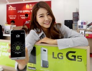 서대문구 홍제동에 위치한 SK텔레콤 LG G5 체험 매장에서 홍보 모델이 LG전자 전략 스마트폰 LG G5를 선보이고 있다 (사진제공: SK텔레콤)