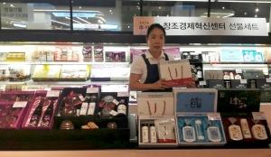 천안 갤러리아백화점 식품관에 자리잡은 충남 6차산업 안테나숍이 추석선물세트 16종을 판매한다