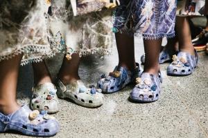 영국 디자이너 크리스토퍼 케인이 런던 패션 위크에서 선보인 크록스의 아이콘 클로그