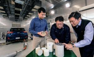 현대·기아자동차는 포항공대 연구팀과의 산학 연구를 통해 디젤 차량의 배출가스 저감 장치의 정화 성능을 보다 향상시킬 수 있는 세계 최고 수준의 고내열성 질소산화물 저감 촉매를 개발했다