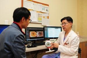 삼성서울병원은 새로운 노안치료법 중 하나로 꼽히는 프레스비아 노안렌즈 각막삽입술을 도입했다