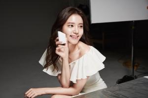 메이크온은 배우 정시아와 함께한 스킨 라이트 테라피 광고 영상 인기에 힘입어 광고 촬영 현장 비하인드 컷을 공개했다