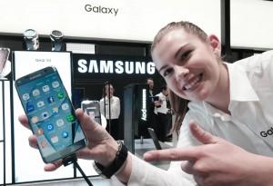 삼성전자 갤럭시 S7 엣지가 스페인 바르셀로나에서 개최된 MWC 2017에서 세계이동통신사업자협회(GSMA)가 주는 최고의 스마트폰 상을 27일 수상했다