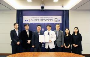 왼쪽에서 세 번째부터 이재영 한국의학연구소 대표, 박민수 연세의료원 산학협력단장, 지선하 연세대 보건대학원 교수가 협약서에 서명 후 기념촬영을 하고 있다