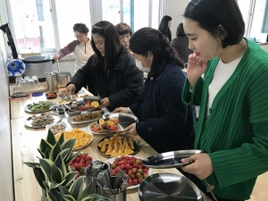 광주광역시 청소년삶디자인센터가 상반기 다채로운 프로그램을 선보인다. 사진은 매주 목요일에 열리는 도심 속 밥상공동체 모두의 점심