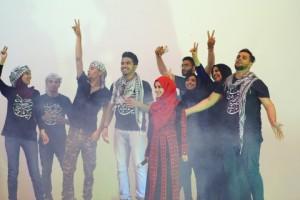 AURAK의 팔레스타인 학생들이 무대에서 공연을 펼치고 있다 (사진제공: AURAK)