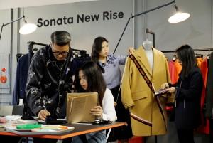 일반 시민과 패션 디자이너, 자동차 디자이너가 협업해 쏘나타 뉴 라이즈의 파격적인 디자인 변화를 패션으로 재해석했다