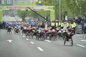 올해 25번째를 맞는 서울국제휠체어마라톤대회가 29일 열린다. 사진은 지난해 풀마파톤 톱클래스 선수들
