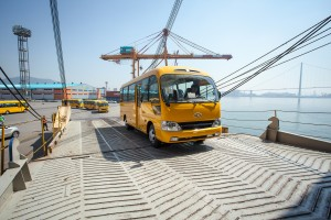 현대자동차가 코트라, 포스코대우와 함께 미얀마 양곤 주정부와 29인승 중형버스 카운티 200대를 공급하는 계약을 체결하고 22일 광양항에서 초도물량 50대를 선적 개시했다