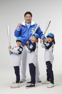 클라우드게이트가 양준혁의 레전드 야구교실 론칭 기념 무료체험 행사 이벤트를 실시한다. 사진은 양준혁과 어린이들