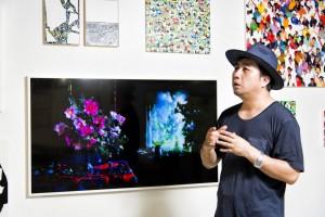 박형근 작가가 더 프레임으로 전시된 그의 사물 작품을 소개하고 있다