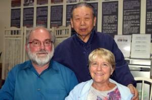 세계적인 미래학자이며 다빈치연구소장 토마스프레이와 뎁 프레이 부부와 이원기 원장과 밝게 웃고 있다. 부인의 암치료를 위해 한의학 협회에서 추천을 받아 보은 화생한의원에서 5일간 암 치료를 받았다