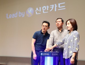 신한카드가 21일 송도 포스코R&D센터에서 열린 '2017 하반기 사업전략회의'에서 새로운 브랜드 슬로건 'Lead by(리드 바이)'를 공식적으로 선포했다. 임영진 사장(가운데)과 직원 남녀 대표가 함께 브랜드 선포를 알리는 벨을 누르고 있다