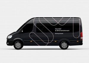 현대자동차가 에스.엠.엔터테인먼트와의 콜라보레이션 프로젝트로 가수를 비롯한 연예인들이 차량 안에서 방송을 진행할 수 있는 쏠라티 무빙 스튜디오를 25일 공개했다