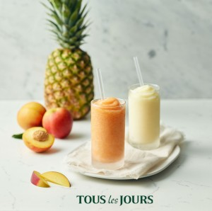 뚜레쥬르가 천도복숭아, 파인애플 등 과일을 활용해 더운 날씨에 제격인 스무디를 출시한다