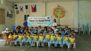 한세드림에게 의류를 후원받고 기뻐하는 캄보디아 희망학교 학생들
