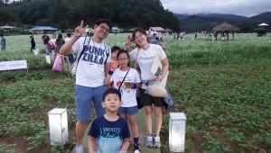 2017년 가족캠프 프로그램 중 제18회 효석문화제에 참가한 가족이 메밀꽃밭에서 기념사진을 촬영하고 있다