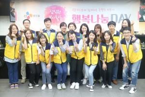 CJ푸드빌이 19일 서울 금천구 가산동 CJ푸드빌 아카데미에서 바리스타를 꿈꾸는 청소년들을 대상으로 재능나눔활동 투썸플레이스 행복나눔데이 커피 교실을 진행했다. 이날 행사에서 CJ푸드빌 임직원 봉사단이 기념촬영을 하고 있다