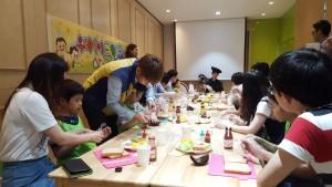 삼전주간보호시설 아동들이 풀무원 본사를 방문해 식습관교육 체험을 하고 있다