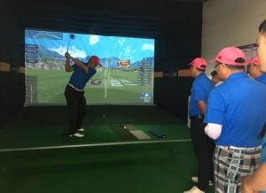 중국선수들이 비전프리미엄2의 연습장 기능을 사용하며 성능을 점검하고 있다