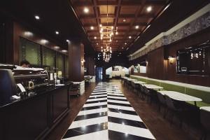 서울에서 가장 오래된 빵집 태극당이 세계 최대 와이파이 네트워크 폰과 함께 매장 내 고객들을 위한 와이파이 서비스를 개시한다. 사진은 태극당 내부 전경